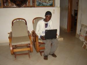 """10-2008: photo """"truquée"""". Ibrahima pose avec mon portable pour symboliser le premier mail qu'il avait envoyé quelques mois plus tôt."""